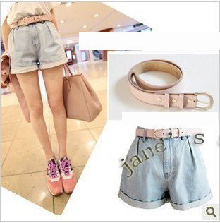 flanging light-colored fold waist denim shorts (with a pink belt)