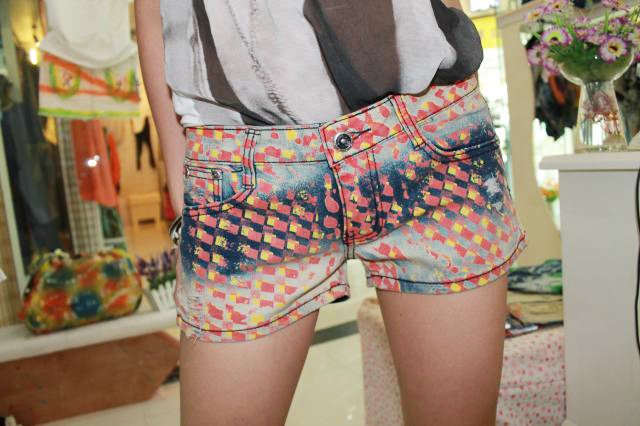 The personality of the free shipping 2012 new painting graffiti hole stretch tight denim shorts